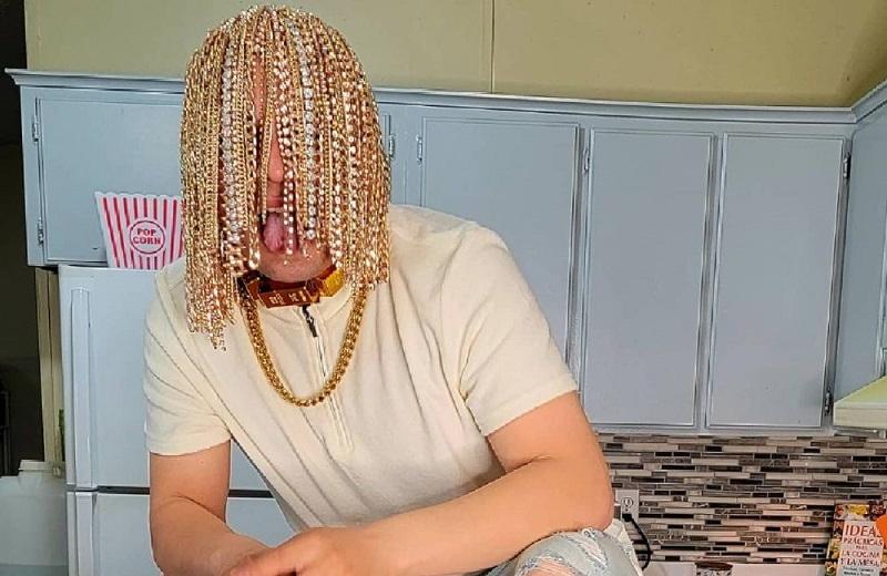 Rapero mexicano se implanta cadenas de oro como cabello (+video/fotos)